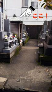 墓地入口から見える祠